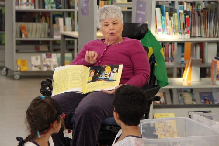 """A escritora Lia Crespo apresenta às crianças seu livro """"Uma nova amiga"""""""