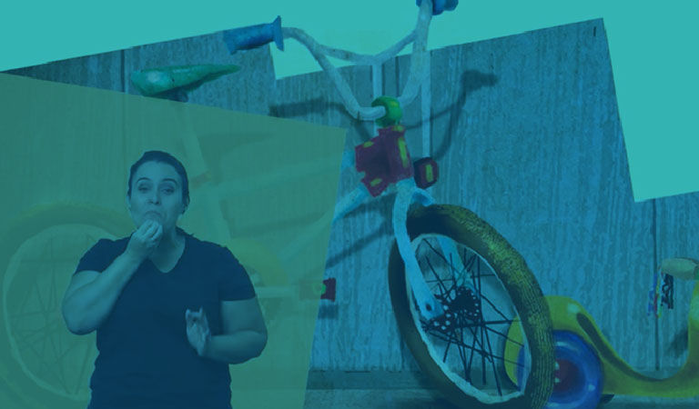 Imagem de um livro editado em múltiplos formatos acessíveis. Há um trecho de um texto do livro, janela com uma intérprete de Libras e, ao fundo, uma ilustração com uma bicicleta, um patinete e um skate.