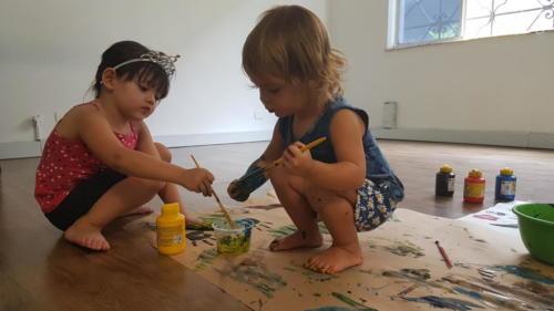 Elas pintaram com guache as folhas que colheram do chão