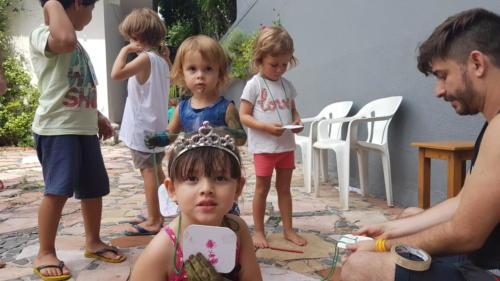 No ateliê inclusivo de férias na Casa MD, as crianças produziram seus próprios crachás