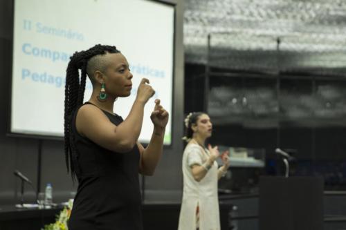 Intérprete de Libras e a dançarina e cantora Zuzu Leiva, na atividade de abertura do evento
