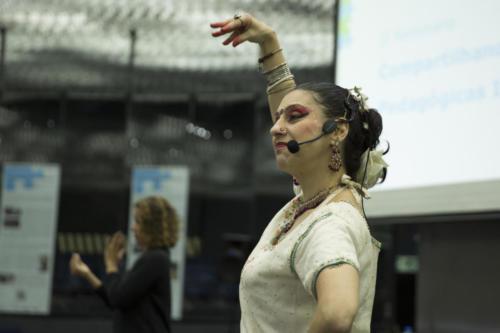 Zuzu Leiva conduziu uma atividade com danças e mantras