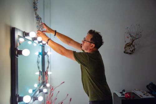 Além de ser ator e escultor, é Paulo Bordhin é designer de joias, instrumentista e compositor