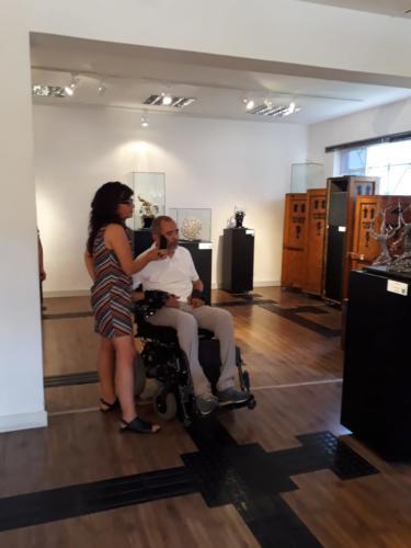 Cid Torquato, secretário municipal da Pessoa com Deficiência de São Paulo, conhece os recursos de acessibilidade da exposição