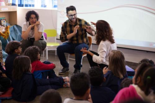 Danilo Santos, instrutor de Libras, responde as perguntas feitas pelas crianças