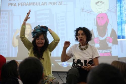 Carla Mauch e Suia Legaspe comentam com as crianças partes da história