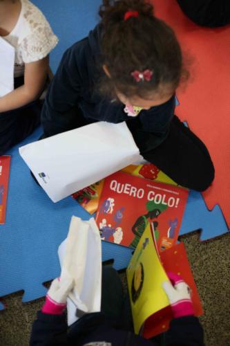 As crianças ganharam versões impressas dos livros Quero Colo! e Pedro vira porco-espinho