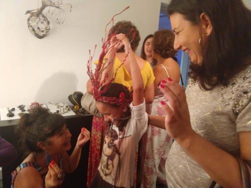 Lara experimenta ao lado da mãe, Gláucia Mendes de Aguiar, uma das esculturas exibidas na  mostra