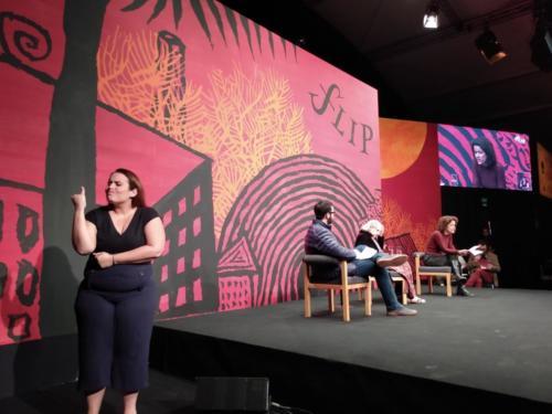 A intérprete de Libras Paula Rosa acessibilizou a mesa com a fotógrafa Maureen Bisilliat (ao centro)