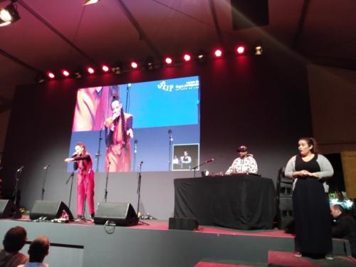 Flip Slam: competição de poesia falada com apresentação de Roberta Estrala D´Alva