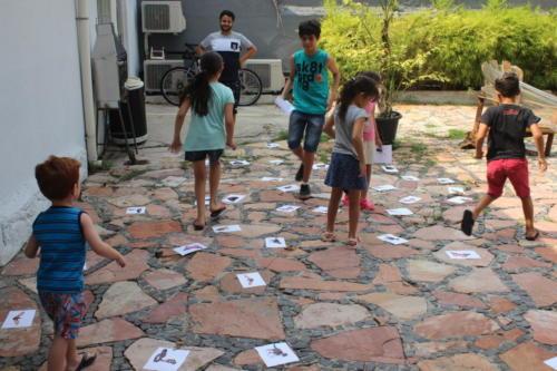 Brincadeiras utilizando a Língua Brasileira de Sinais