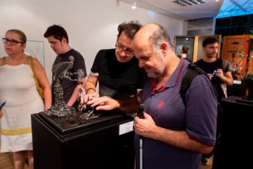 "Paulo Bordhin apresenta a escultura ""O Banho"" para o fotógrafo e músico Lelo Araújo"