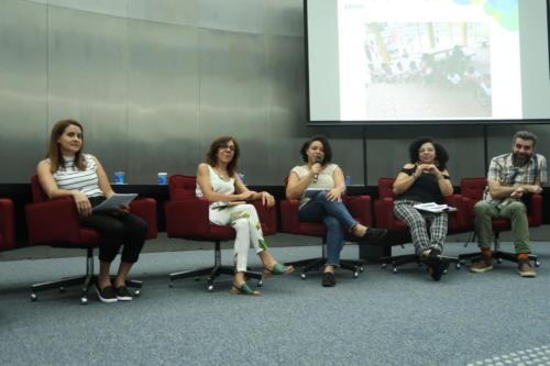 Professoras, coordenadoras do Projeto Brincar e um consultor estão no palco de um auditório.