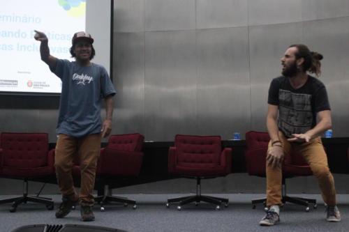 Dupla de integrantes do Slam do Corpo durante apresentação.