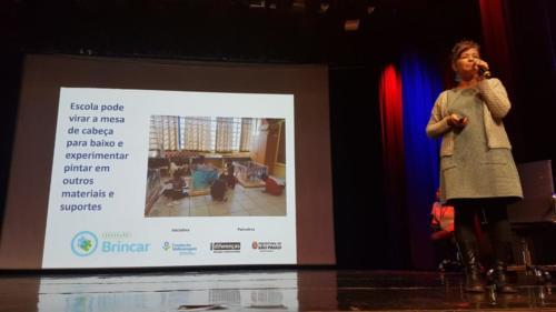 Carla destacou experiências do projeto Brincar, que  exploraram com as crianças diferentes suportes para pintura